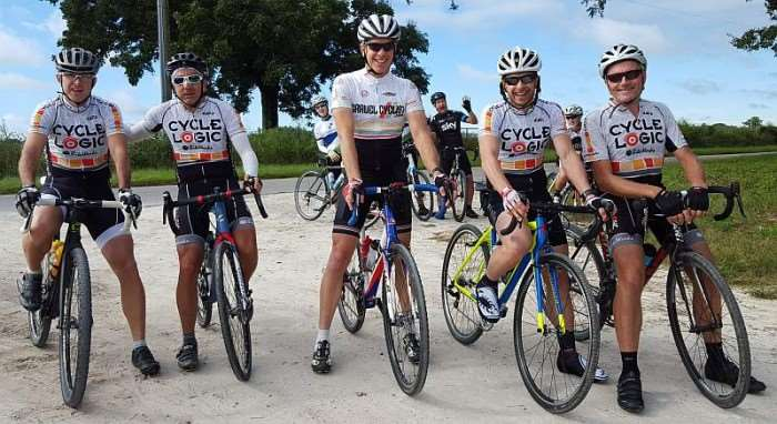 Les Incompétents – Clayton Mathews, Francois Modave, Jim Phillips (Jimbo of Gravel Cyclist), Lambert Vaas and Scott Erker. Note the photobomb.