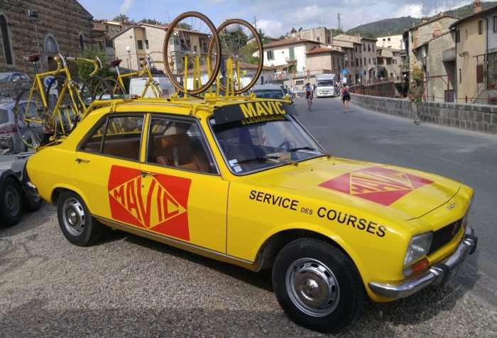 The classic Mavic neutral service car (Renault).
